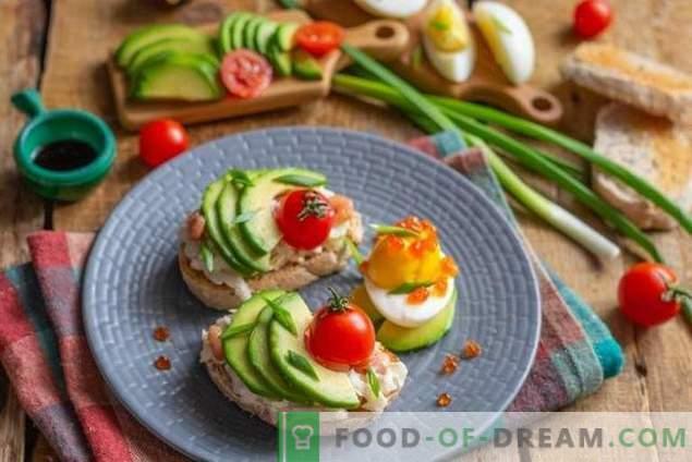 Grzanki śniadaniowe z sałatką z awokado i jajkiem
