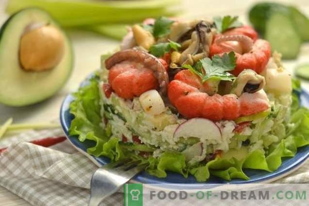 Zeevruchtensalade met avocado, komkommer en eieren