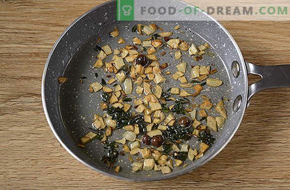 Filete de pollo con tomillo: ¡sorpréndete con el nuevo sabor del producto habitual! Foto-receta del autor de filete de pollo con tomillo, ajo y limón en una cacerola